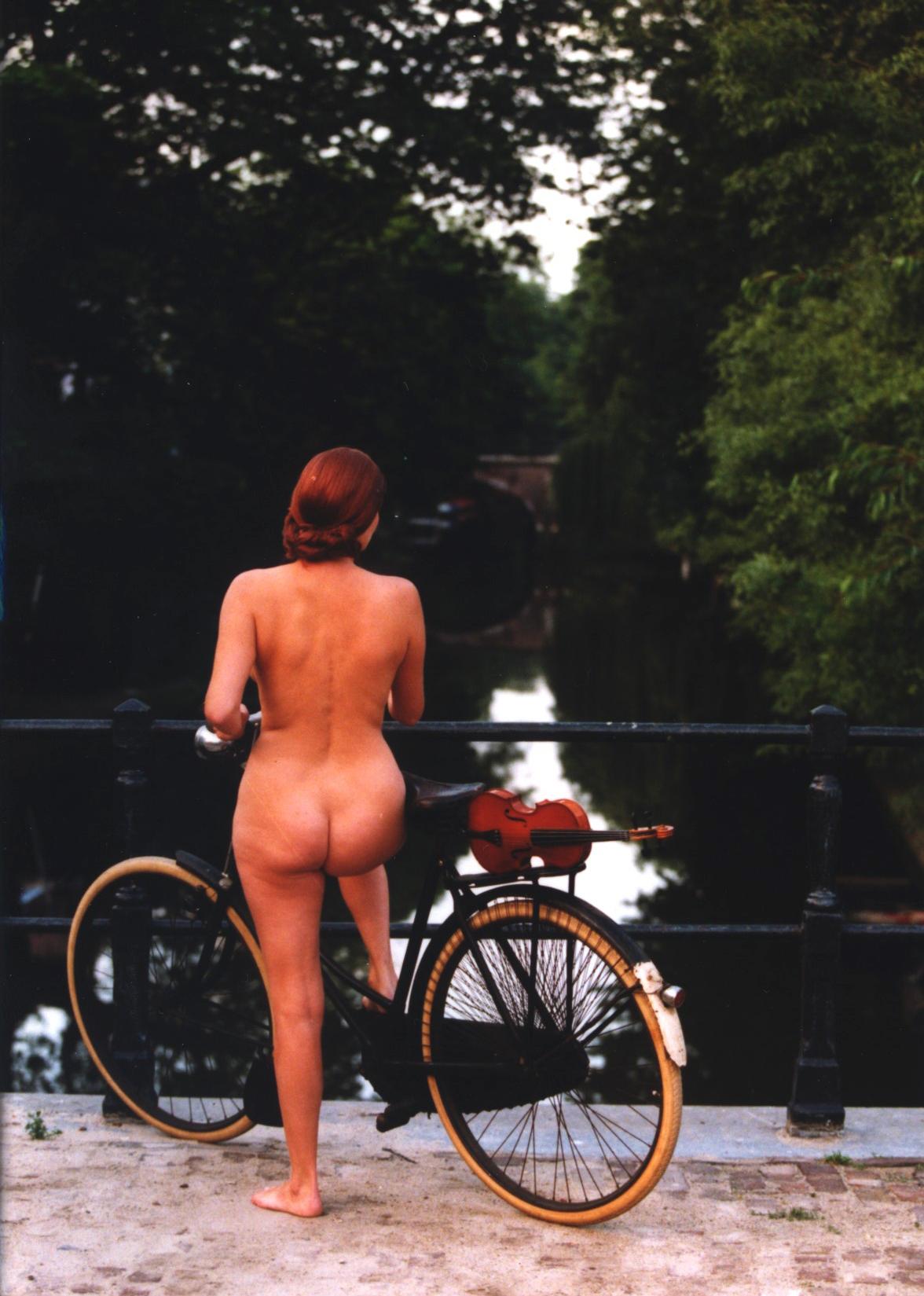 Still uit de film 'Geest van de Werf' naar het schilderij 'Het gerucht' van Joop Moesman