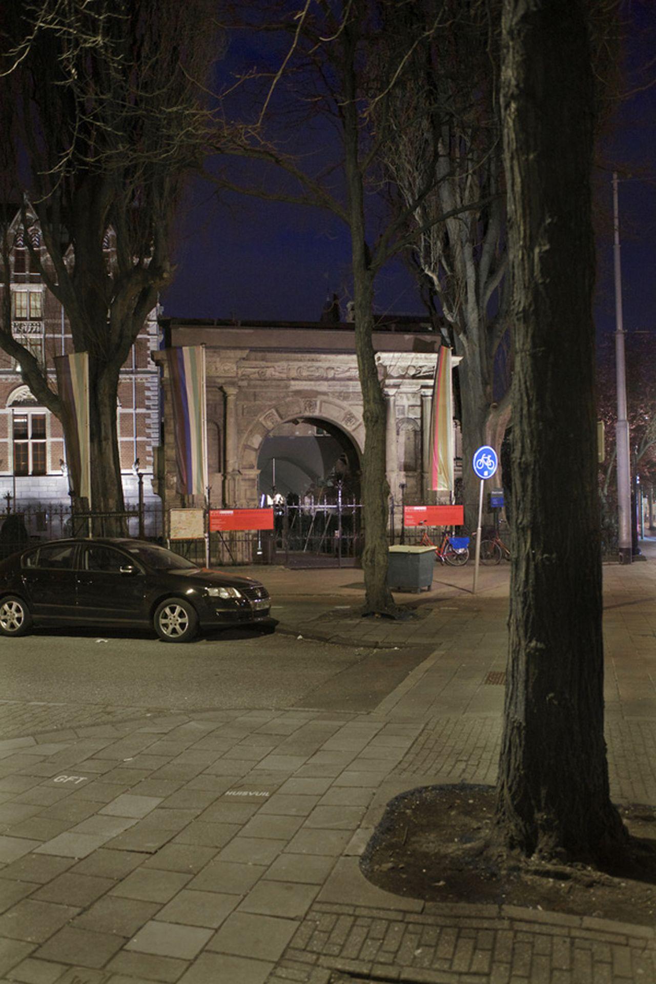 Museum bij avond (1950), Rijksmuseum, hoek Jan Luijkenstraat en Paulus Potterstraat, met Groningse poort  (foto)