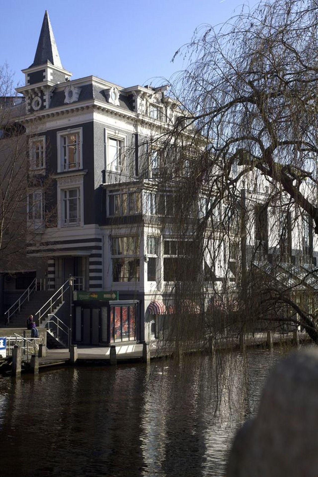 Portret van de schilder Charles Roelofsz (1932). Lido, nu Holland Casino, Max Euweplein 62, vanaf Stadhouderskade (links de Leidsekade) (foto)
