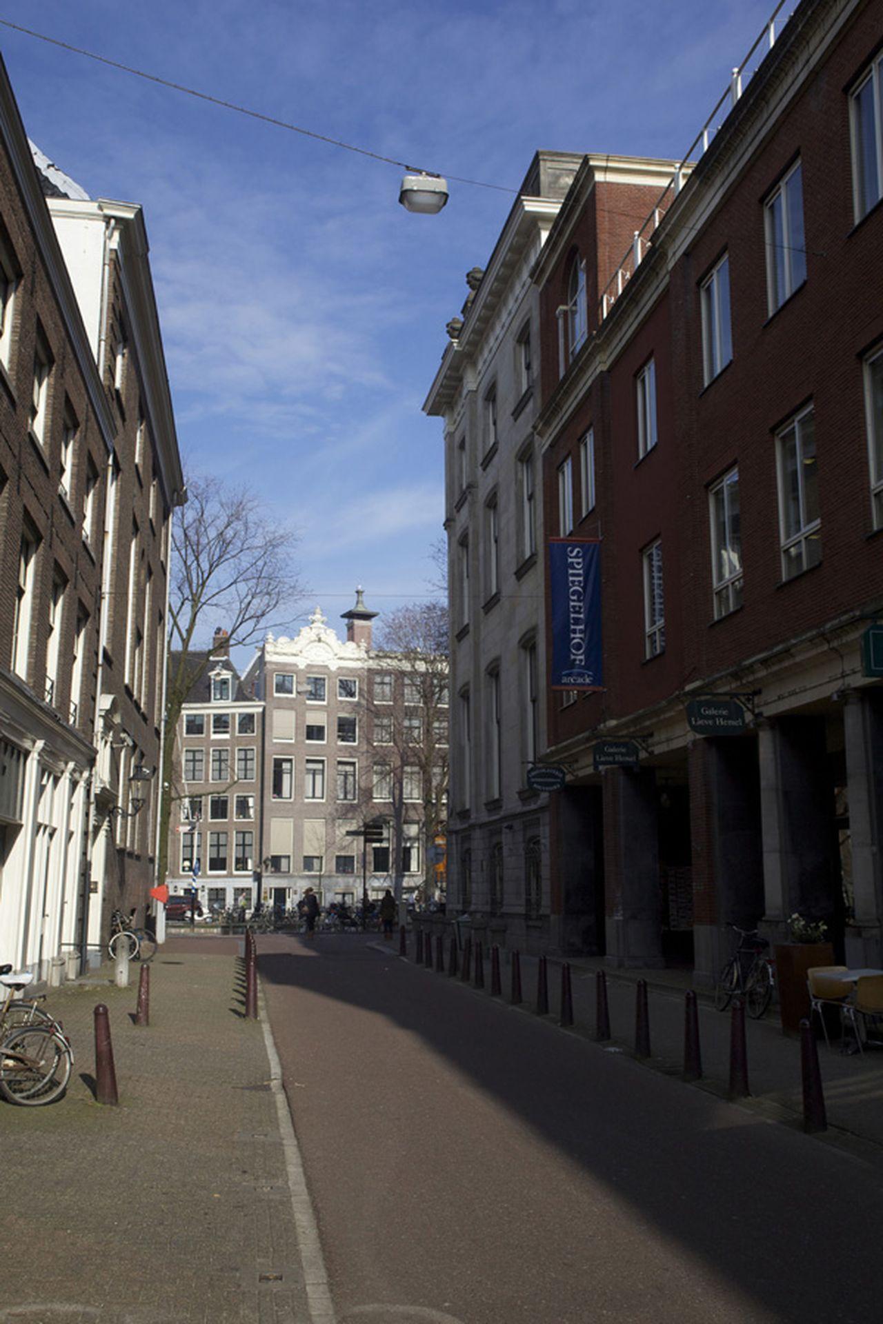 Straat met standbeeld (1934), Nieuwe Spiegelstraat 1-9, richting Herengracht (foto)