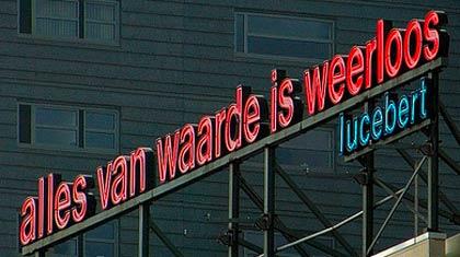 citaat Lucebert 'Alles van waarde is weerloos' op de dakrand van de Willem de Kooning academie.