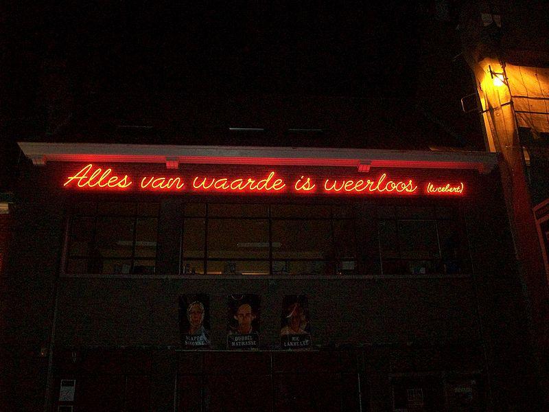 citaat Lucebert op de gevel van een cafe Trefpunt in Gent