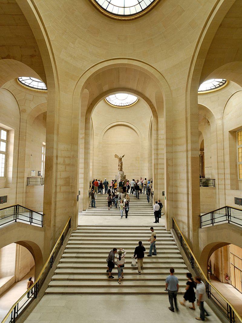 De gevleugelde Nike van Samothrake aan de Darutrap het Louvre te Parijs