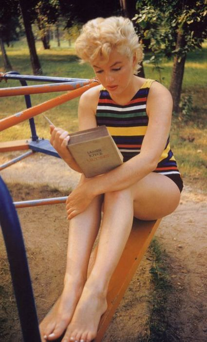 Eve Arnold Marilyn Monroe reading Ulysse